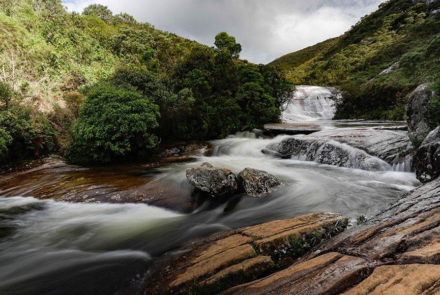 Vale Encantado - 'Parque Nacional do Caparaó' foi criado em 24 de maio de 1961 pelo presidente Jânio Quadros. Abriga o terceiro pico mais alto do país, o Pico da Bandeira. É administrado pelo Instituto Chico Mendes de Conservação da Biodiversidade (ICMBio). O Parque possui 31.800 hectares de área.O parque está localizado na divisa entre os estados do Espírito Santo e Minas Gerais e ocupa sete cidades do lado capixaba e quatro do lado mineiro. Cerca de 80% do parque está no estado do Espírito Santo. O Pico da Bandeira, com 2.891 metros, ponto mais elevado do parque, localiza-se na divisa dos estados. O Pico do Cristal, com 2.769 metros fica exclusivamente em território mineiro. O parque abriga ainda outros picos, menores em tamanho, mas também de altitudes consideráveis, como o Morro da Cruz do Negro (2.658 metros), a Pedra Roxa (2.649 metros), o Pico dos Cabritos ou do Tesouro (2.620 metros), o Pico do Tesourinho (2.584 metros), e a Pedra Menina (2.037 metros) todos em território capixaba.Este parque é uma das mais representativas áreas de Mata Atlântica em território capixaba, que além de cobrir boa parte da Serra do Caparaó, também é encontrada nas encostas das Serras do Castelo, do Forno Grande e da Pedra Azul. A Serra do Caparaó é uma ramificação da Serra da Mantiqueira, se interligando com as Serras do Brigadeiro e do Pai Inácio em Minas Gerais. - 04/01/2020